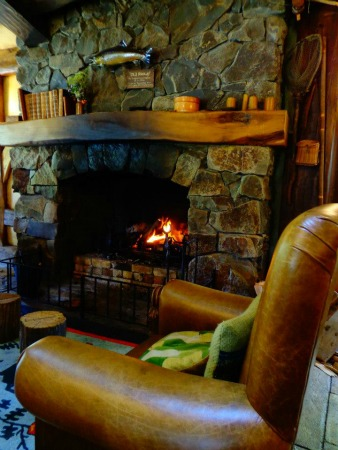 Hobbiton Tour - Loungue fire in The Green Dragon Inn